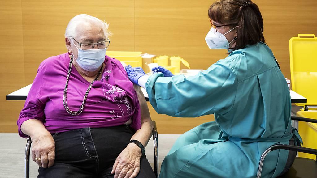 Nachdem die Impfkampagne abgeschlossen ist, dürfen Bewohnerinnen und Bewohner der St. Galler Alters- und Pflegeheime wieder ohne Einschränkungen Besuch empfangen (Archivbild).