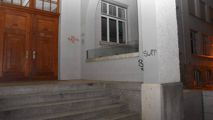 Balsthal SO, 21. September: In der Nacht auf Sonntag hat jemand an zahlreichen Hausfassaden, Abfallkübeln, Sitzbänken oder Schilder Sprayereien angebracht. Die Kantonspolizei Solothurn konnte einen 19-Jährigen nach einem Hinweis verhaften.
