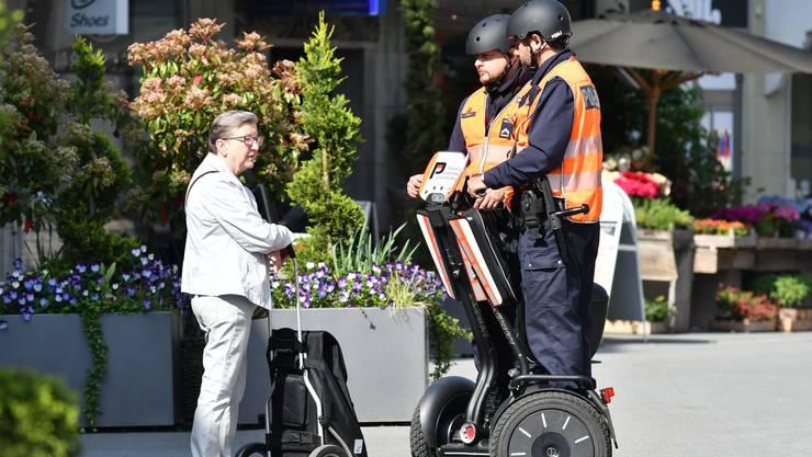 Zwei Kantonspolizisten auf Segways in der Oltner Altstadt während der zweimonatigen Probephase.