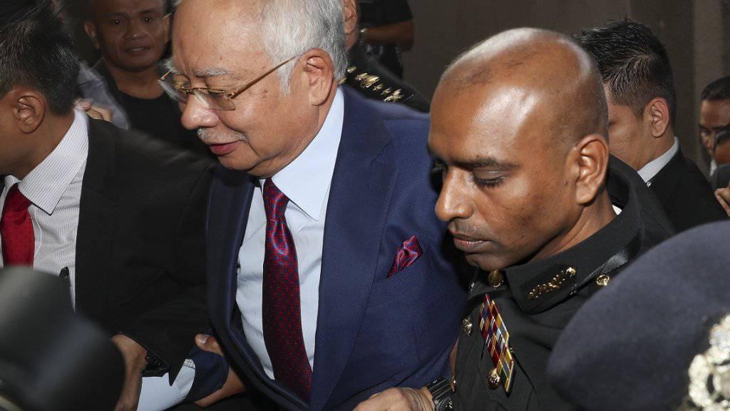 Malaysias kürzlich abgewählter Regierungschef Najib Razak (links) ist am Mittwoch wegen eines Milliardenskandals vor Gericht erschienen.