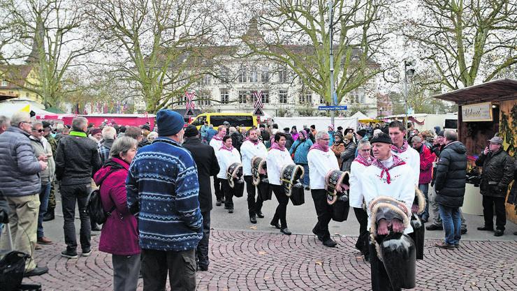 Die Trychlergruppe Rottenschwil bahnt sich einen Weg durch die Besucherinnen und Besucher der Eröffnungsfeier.