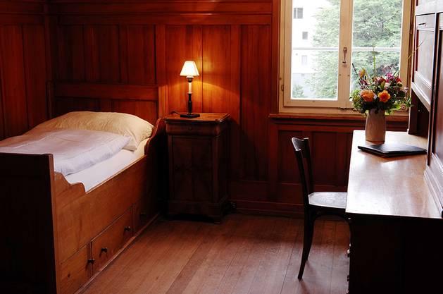 Eines der einfach eingerichteten Hotelzimmer.