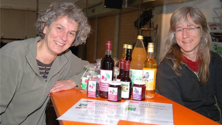 Vreni Buol (links) und Cornelia Brennwald vom Fricker ArboVitis-Team sind stolz auf ihre zertifizierten Bio-Produkte. sh