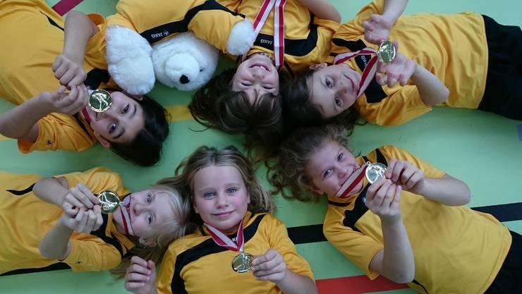 Die Jugimädchen der Mädchenriege Laupersdorf freuen sich über ihre Goldmedaille.