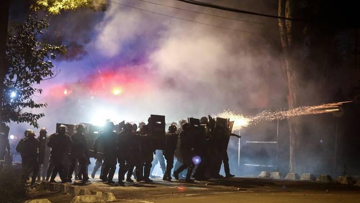 In der Hauptstadt Brasília sperrte die Polizei den Zugang zu den Regierungsgebäuden. Dutzende Menschen wurden den Behörden zufolge festgenommen.