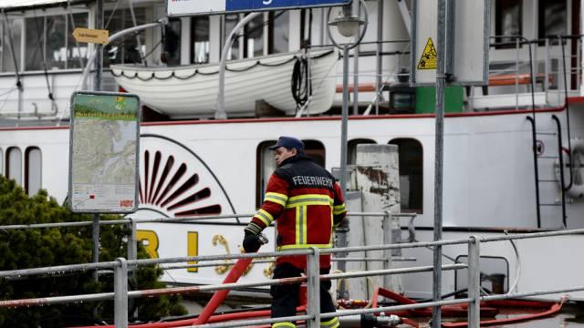 """Feuerwehrmann bei Löscharbeiten an der """"Uri"""" in Hergiswil"""