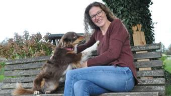 Die Auwerin Eveline Villiger (hier mit Hund Yuma) arbeitet auf ihrem Biohof.