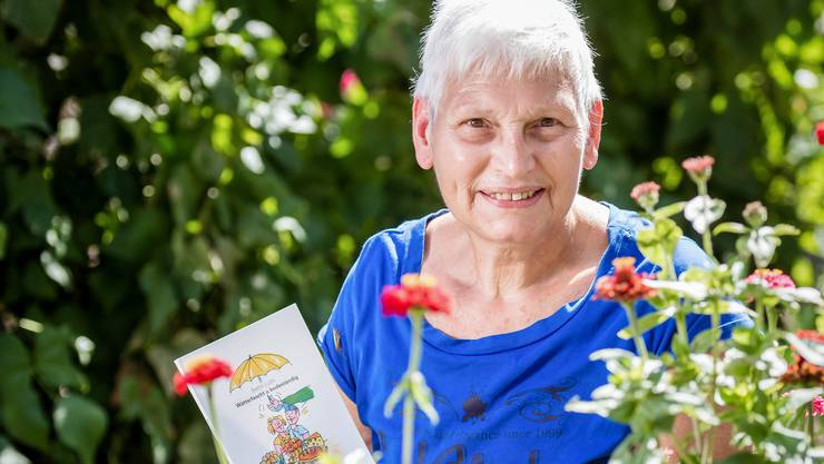 Bauersfrau Bethli Lüthi in ihrem Garten.
