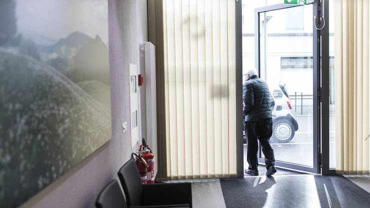 Ein Patient verlässt nach der Untersuchung die Walk-in-Praxis Ärztezentrum Limmatfeld in Dietikon.