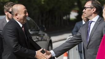 Der türkische Aussenminister Mevlüt Cacusoglu (l) und UNO-Vermittler Espen Barth Eide reichen sich in Crans-Montana die Hand