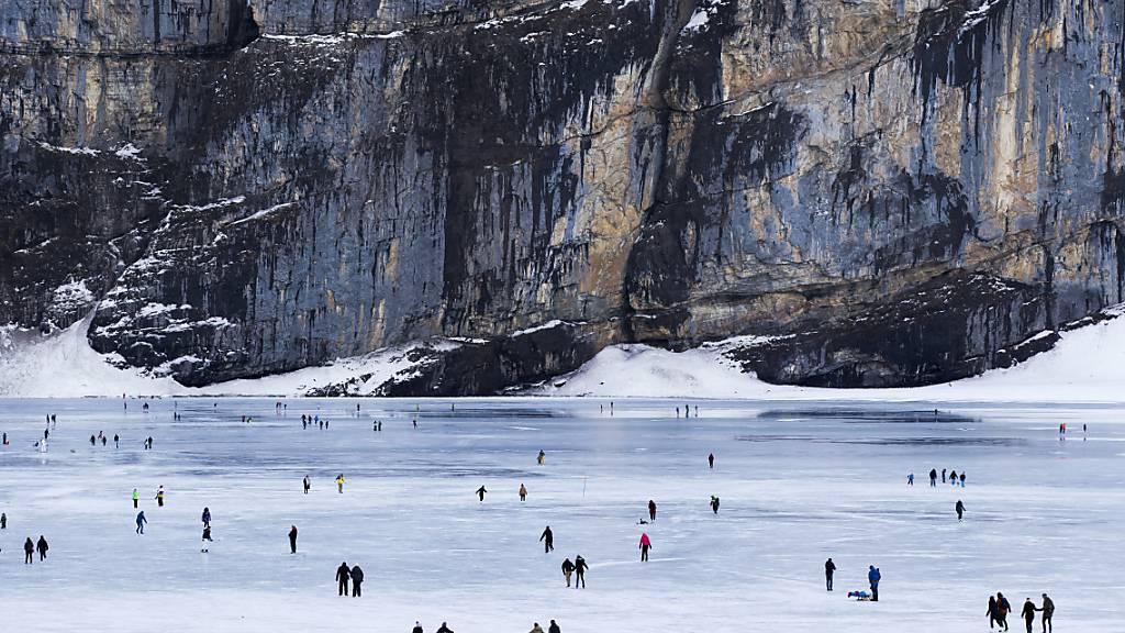Eisläufer und Spaziergänger im Januar 2018 auf dem Oeschinensee. (Archivbild)