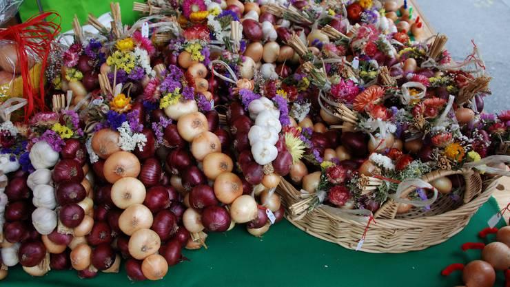 Zwiebeln geflochten und geschmückt
