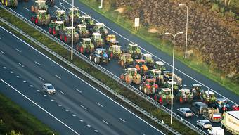 Wütende Bauern haben in den Niederlanden Strassen versperrt. EPA/JERRY LAMPEN