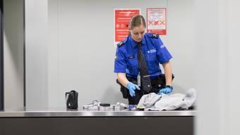 Mitarbeitende der Zollverwaltung entdeckten Drogen in einer Sendung aus Brasilien. (Symbolbild)