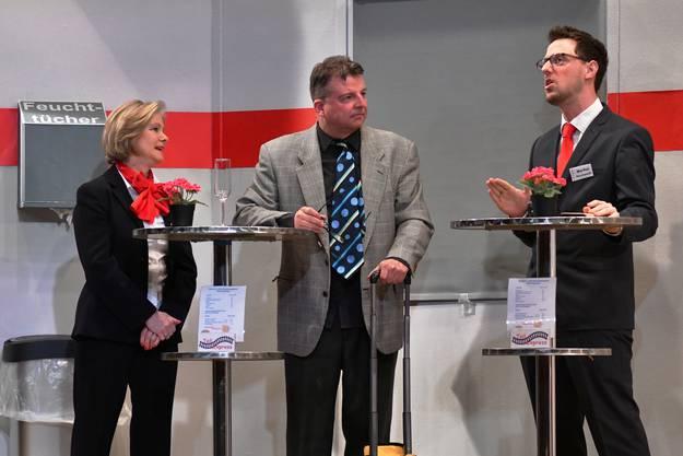 Mit flötendem Charme setzt sich die Zugchefin Angela (Monika Gschwind) beim pflichtbewussten Schaffner Wischnewski (Patrick Imhof, rechts) für den Versicherungsmakler Stefan (Dani Elsener) ein.