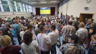 «Die meisten Seelisberger (Bild aus der Gemeindeversammlung) wollen offenbar von einer Flüchtlingsunterkunft in ihrem Dorf nichts wissen. Das mag ihr demokratisches Recht sein. Zu meinen, das Elend in der Welt gehe einen nichts an, ist nicht verboten. Diese Haltung aber mit der demokratischen Tradition der Schweiz zu begründen, ist zynisch.»