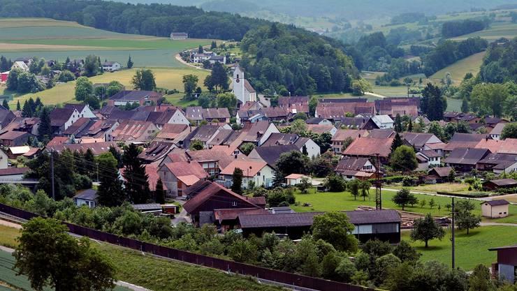 Ausserhalb der Hornusser Bauzone, rund 130 Meter nördlich der Autobahn, steht seit über 45 Jahren ein Wochenendhaus, das heute Gegenstand eines Rechtsstreits ist.