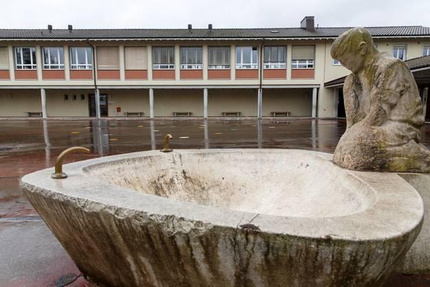 Die Schulanlage wurde zwischen 1951 und 1956 in zwei Etappen gebaut.