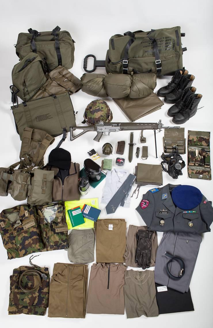 Die persönlicheAusrüstung einesSoldaten mit «Tenü A», «Tenü B», Sturmgewehr und einigem Zubehör.