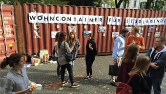 Jungliberale stellten Container auf, um auf die Knappheit im Wohnungsmarkt für Studenten aufmerksam zu machen.