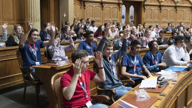 Jugendliche an der Jugendsession am Samstag im Nationalratssaal in Bern.