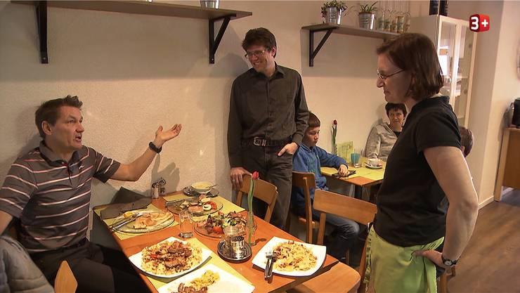 Man merke dem Essen an, dass es unter Zeitdruck entstand, so Daniel Bumanns (l.) Fazit nach der ersten Mahlzeit im «Bistro Dö». Das war erst der Anfang. Kurze Zeit später sind die Geschäftsführer Thomas und Corinne Schneider kurz davor, aufzugeben.