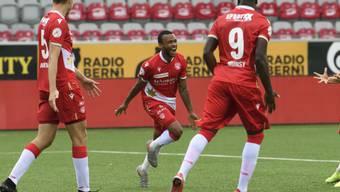 Thuns Linksverteidiger Chris Kablan (Mitte) freut sich nach seinem Tor zum 2:0
