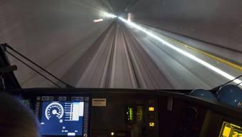 Mit bis zu 250 km/h werden die Züge in Zukunft durch den 57-Kilometer langen Gotthard-Basistunnel rasen. Die Fahrt dauert dann noch rund 17 Minuten. (Archivbild)