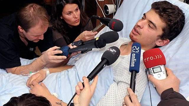 Journalisten scharen sich ums Spitalbett des Lawinenopfers