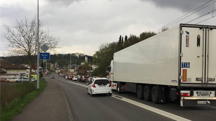 Der Verkehr staut sich bei der südlichen Suhrer Ortseinfahrt zurück in Richtung Gränichen – im Extremfall bis hinauf zur Abbiegung Schürbergstrasse.