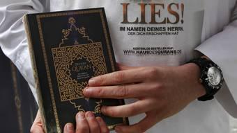 Ein Salafist beim Verteilen eines kostenlosen Korans (Symbolbild)