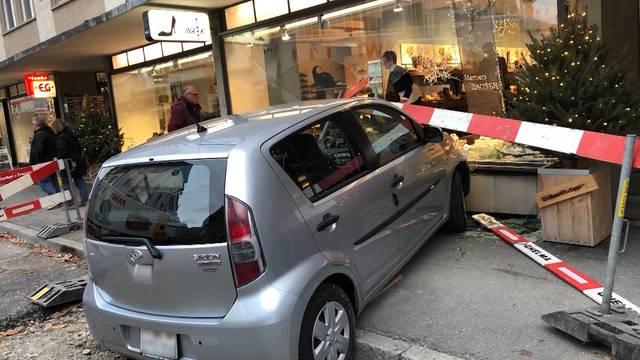 Auto donnert in Interlaker Schaufenster