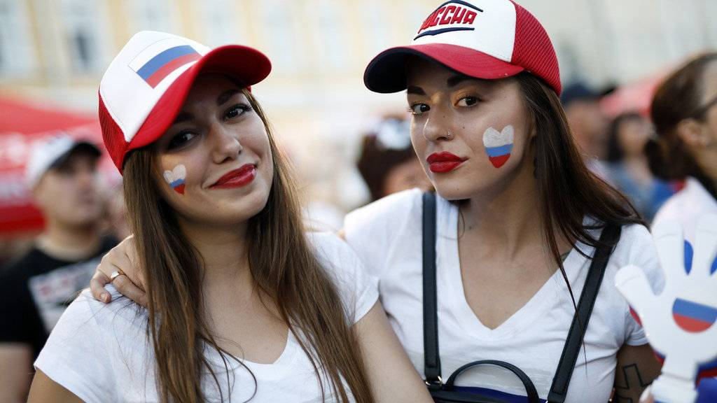 Die russischen Fans können das Spiel entspannt geniessen.