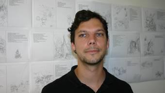 SImon Libsig in seinem Atelier. Im Hintergrund sind die Skizzen des Kinderbuches zu erkennen.  Foto: Mbo