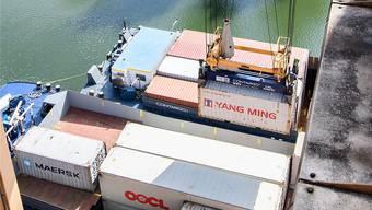 Nicht nur der Schiffsraum ist nach dem Ausfall der deutschen Rheintal-Bahnstrecke knapp, auch die Containerterminals sind am Anschlag. Kenneth Nars
