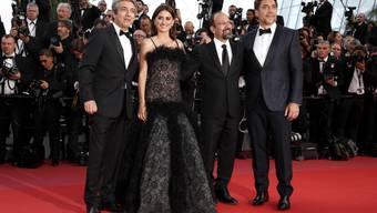 Regisseur Asghar Farhadi (2.v.r.) mit seinen Darstellern Ricardo Darin, Penelope Cruz und Javier Bardem auf dem roten Teppich in Cannes.