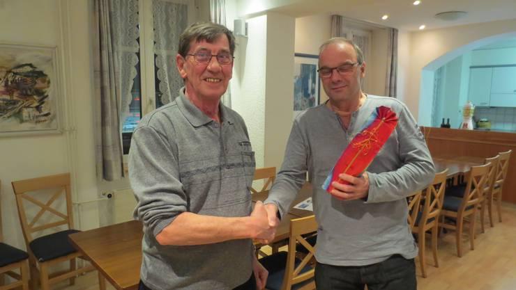 Präsident Kurt Pfeil (links)  dankt Oberturner Peter Tschan für seinen seinen grossen Einsatz.