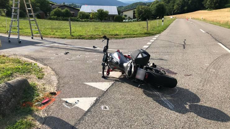 Ein 22-jähriger Motorradfahrer überholte auf der Passhöhe Benkerjoch zwei vor ihm fahrende Fahrzeuge.