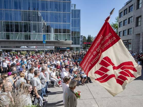 Schon vor der Eröffnungsfeier wurde am Nachmittag vor dem Bahnhof Aarau die Zentralfahne übergeben. Die Organisatoren des Eidgenössischen Turnfestes 2013 in Biel brachten sie am frühen Morgen mit einem Heissluftballon nach Aarau.