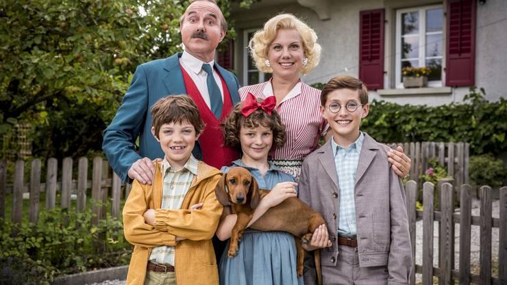Hinten Stefan Kurt (Papa Moll), und Isabella Schmid (Mama Moll), vorne Maxwell Mare (Fritz), Luna Paiano (Evi) und Yven Hess (Willy).