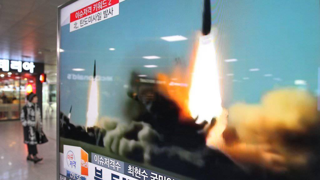 Ein südkoreanischer TV-Sender zeigt Bilder eines Raketenstarts des Nordens. Der Streit auf der koreanischen Halbinsel eskaliert zusehends.