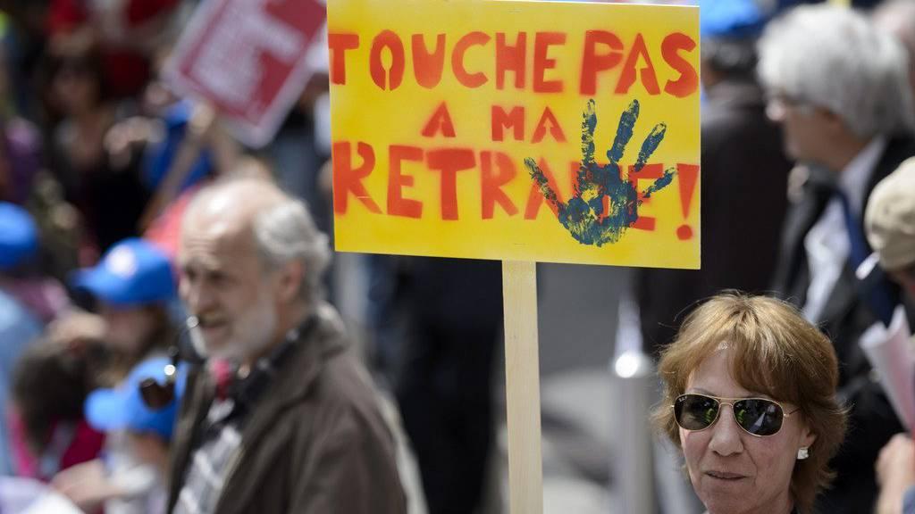 Gegner der Altersvorsorge 2020 im Mai 2015 in Lausanne. (KEYSTONE/Laurent Gillieron)