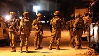 Israelische Soldaten bringen sich in der israelischen Siedlung Biet Kahel im besetzten Westjordanland in Position, während die Armee die Häuser der mutmasslichen palästinensichen Attentäter zerstört.
