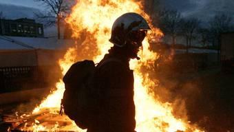 Die anspruchsvollen Löscharbeiten und die heissen Aussentemperaturen hätten den Feuerwehrmännern alles abverlangt. (Symbolbild)