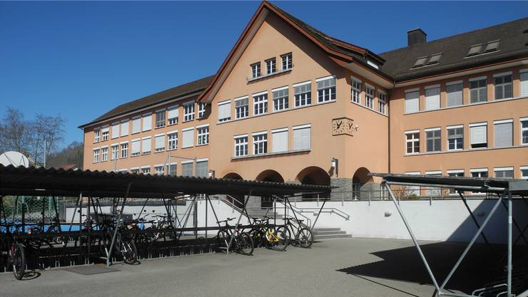 Das Oberstufenschulhaus Weiningen muss ausgebaut werden, weil die Schülerzahl deutlich zunehmen wird. sol