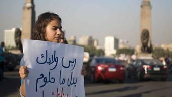 Eine junge Ägypterin demonstriert gegen sexuelle Belästigung