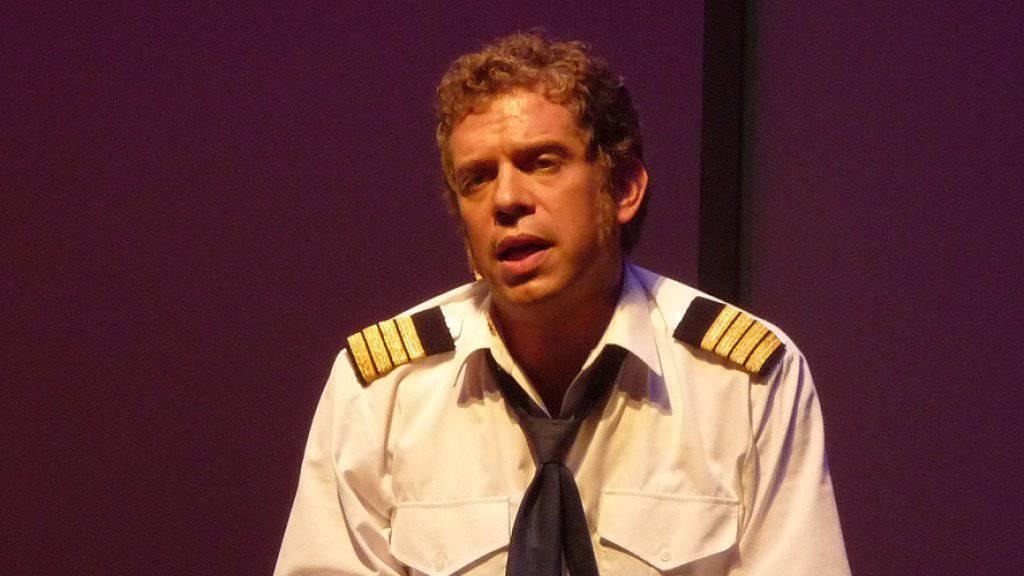 Eric Hättenschwiler - hier im Musical «Bye Bye Bar», das zehn Jahre nach der Uraufführung jetzt wieder gespielt wird - kommt zwar mit allen gut aus, aber mit niemandem so gut wie mit seinem Stubentiger. (Pressebild)