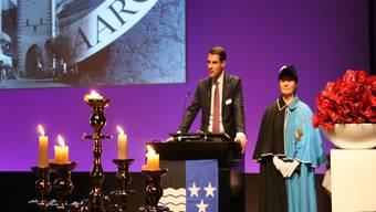 Der designierte Grossratspräsident Thierry Burkart, sekundiert von der Frau Weibel, wirbt für den Aargauer Geist im «Kanton der Regionen». -rr-