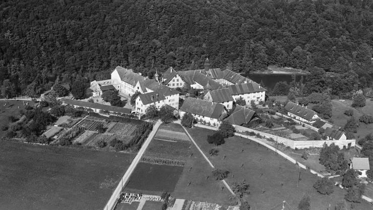 Blick aufs Kloster in Hermetschwil im Jahr 1953. Im November 1878 wurde in den Nebengebäuden ein Waisenhaus gegründet. Heute wohnen im St. Benedikt Knaben und Jugendliche im Schulalter.