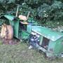 Traktor gerät ins Rutschen und wird erst von Bäumen eines Bachbordes gestoppt.
